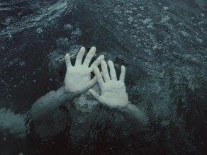 drown-drowning-girl-ocean-favim.com-1775460
